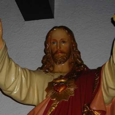 How can I continue to live Lent after Easter? Image of a statue of Jesus with arms outstretched.